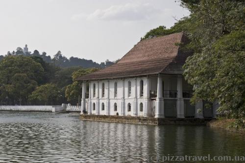 Бывшие королевские бани, позже колониальная библиотека, сейчас полицейский участок