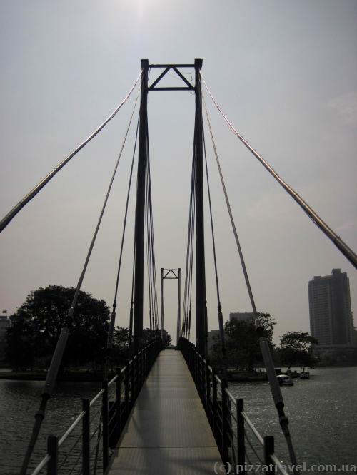 Мост на остров посреди озера Бейра