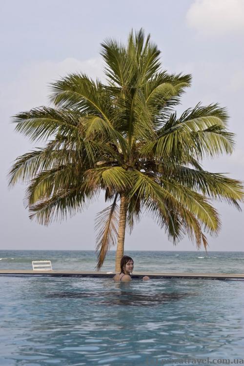 Бассейн в пляжном отеле в Нилавели