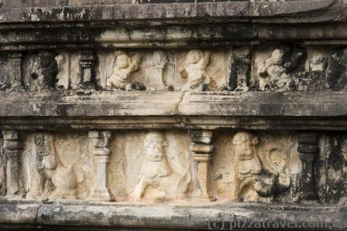 Древние барельефы