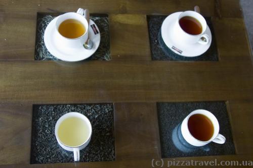Интересный столик, готовый чай стоит на тех листьях, из которых он был сделан.