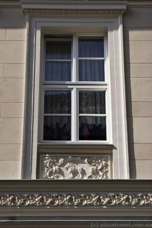 Будинок з 12 вікнами, під кожним вікном знак зодіаку - Лев