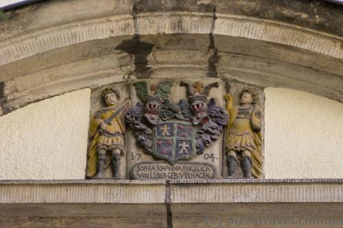На многих домах остались гербы.