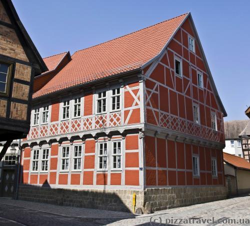 Красный фахверковый дом в Кведлинбурге