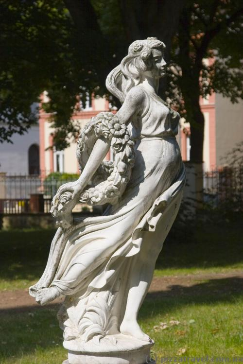 Скульптура у дворі Замкового готелю