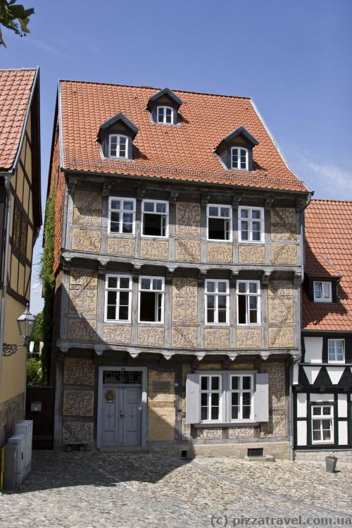 Интересный расписной дом
