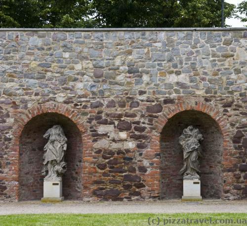 Sculptures without heads in the Moellenvogteigarten