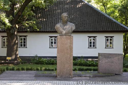 Памятник Ивану Тобилевичу (Карпенко-Карому)