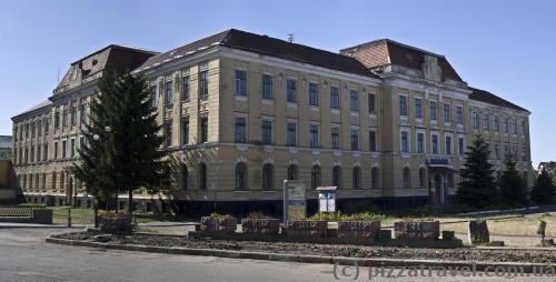 Университет (бывшее здание суда)
