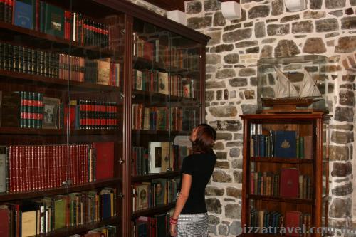 Библиотека в старом городе