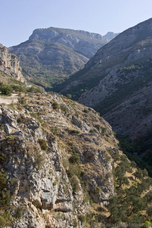 Каньоны и горы возле старого города Бара