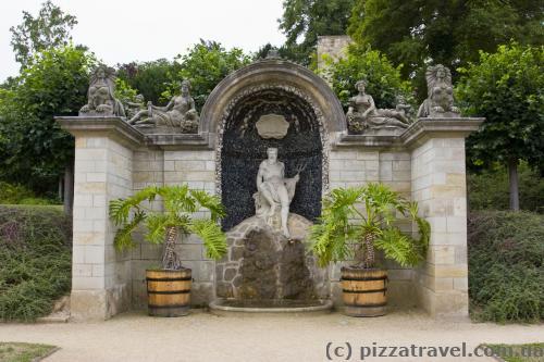 Скульптуры в замковом парке