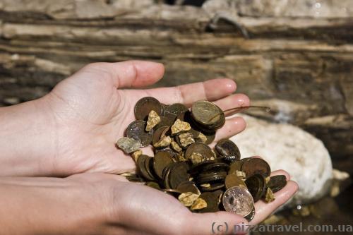 Монети різних країн у джерелі