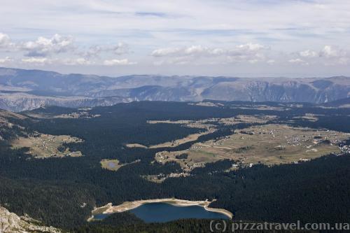 Внизу Чорне озеро