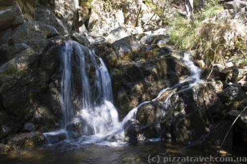 Небольшие водопадики на тропе Каледония