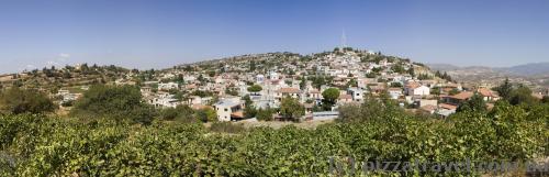 Одне з мальовничих селищ по дорозі у Тродос