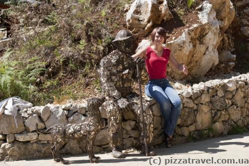 Памятник местному жителю, который охранял пещеру