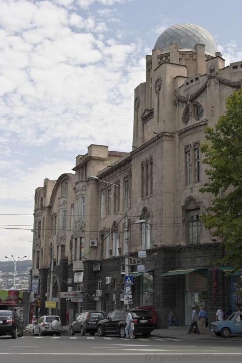 Здание возле станции метро Руставели