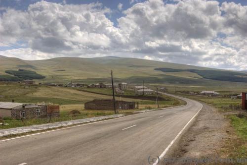 Дорога возле озера Паравани