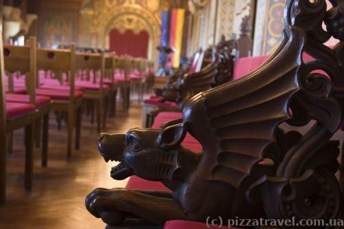 Каждая скамейка украшена животными