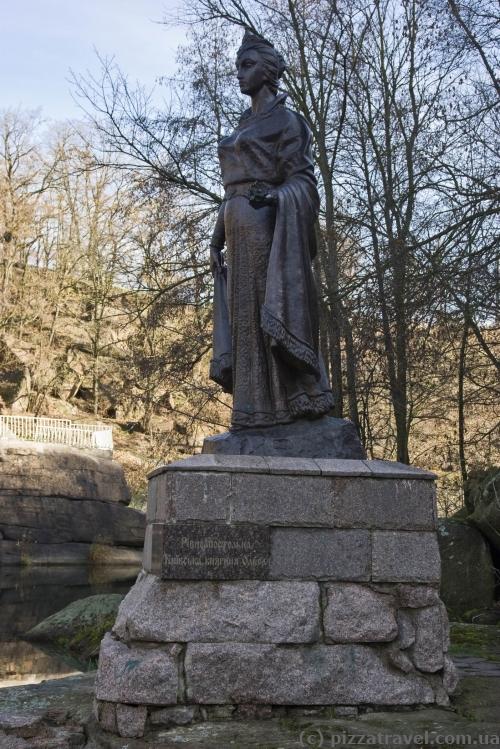 Памятник княгине Ольге в парке Островского в Коростене