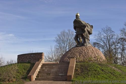 Статуя князя Мала в парку Островського в Коростені