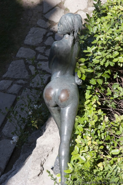 And this sculpture, as we see, is especially popular with tourists.