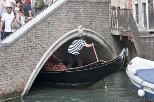 Так лодки проплывают под мостами.