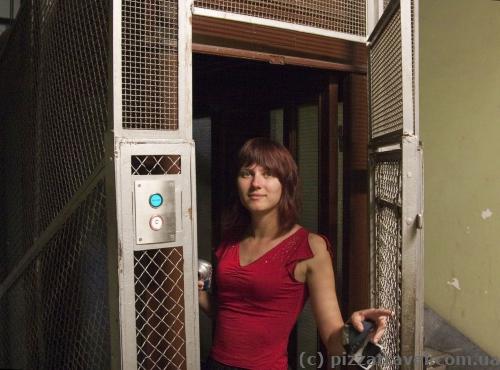 Лифт в старом доме в Генуе