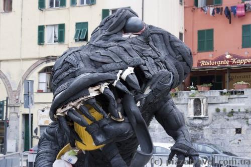 Необычная скульптура на набережной в Генуе