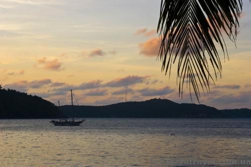 Закат на пляже отеля PIR на островах Перхентиан