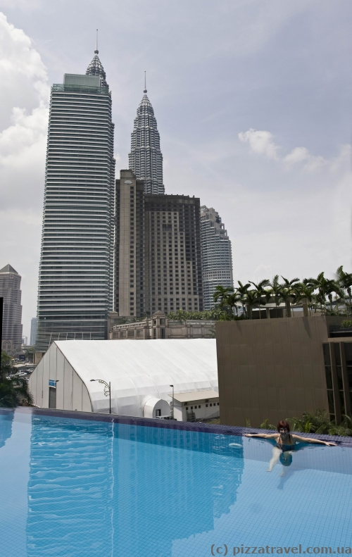 Башни Петронас видны из бассейна отеля