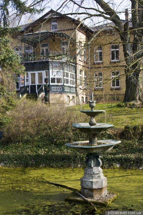 Зеленый фонтан в саду Stiftsgarten в Айнбеке