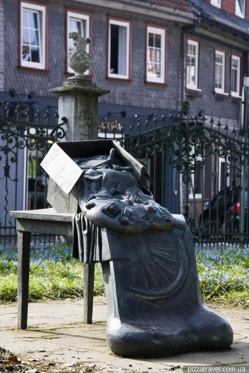 Непонятная скульптура в саду Stiftsgarten в Айнбеке