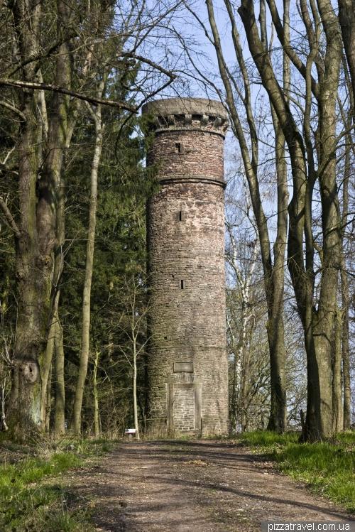 Башня в лесу возле замка Харденберг