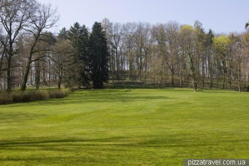 Парк между дворцом и замком Харденберг