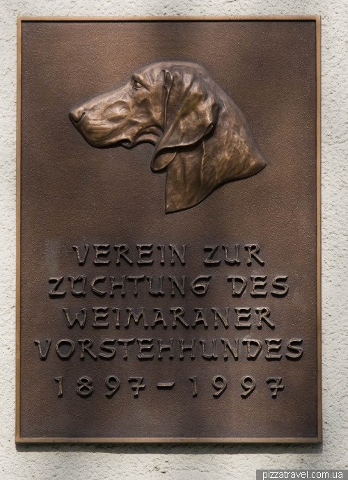 Plate in Weimar dedicated to Hungarian vizslas dogs