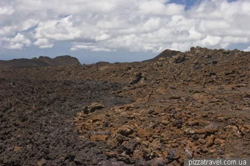 Видна лава извержений 1979 и 2005 годов
