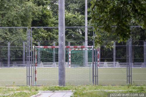 Спортивная площадка около школы