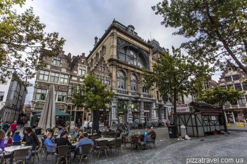 Площадь Vrijdagmarkt (Пятничный рынок)
