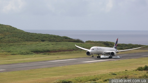 Boeing 787 Dreamliner landing on Easter Island