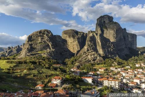 Вид на Каламбаку и скалы Метеоры