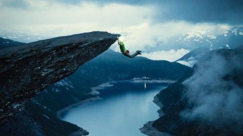 Magnus Midtbø hanging on Trolltunga