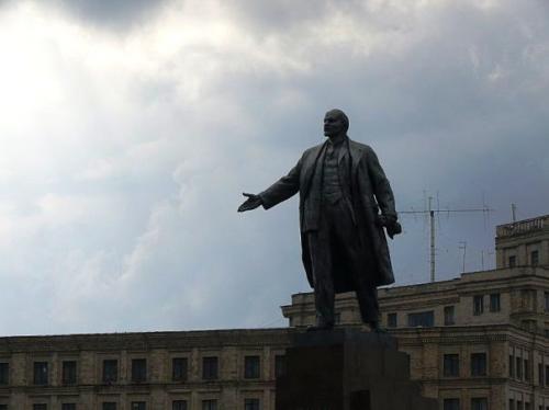 Ленин указывает на место проведения концерта.