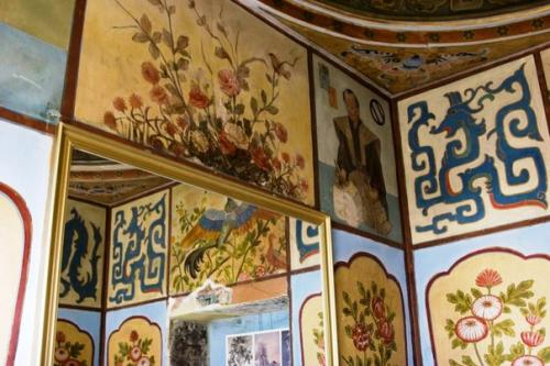 Японская комната с расписными стенами и потолком