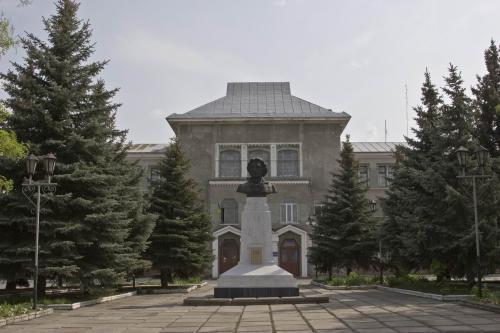 Памятник А.С. Пушкину и Дом Творчества для детей и юношества