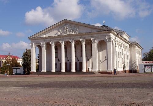 Красная площадь с театром имени Шевченко