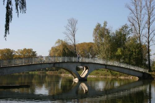 Мост на остров на городском озере