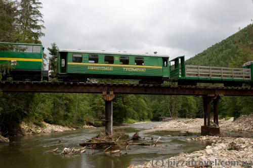 Карпатский трамвай переезжает мосты без пассажиров.