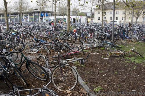 Величезна кількість велосипедів біля вокзалу в Геттінгені